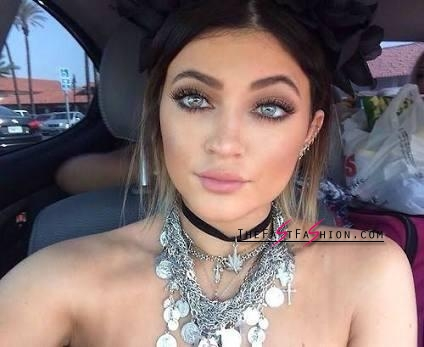 kylie-jenner-wearing-colored-contact-lenses-solotica-billionairebeauties-hidrocor-12_large