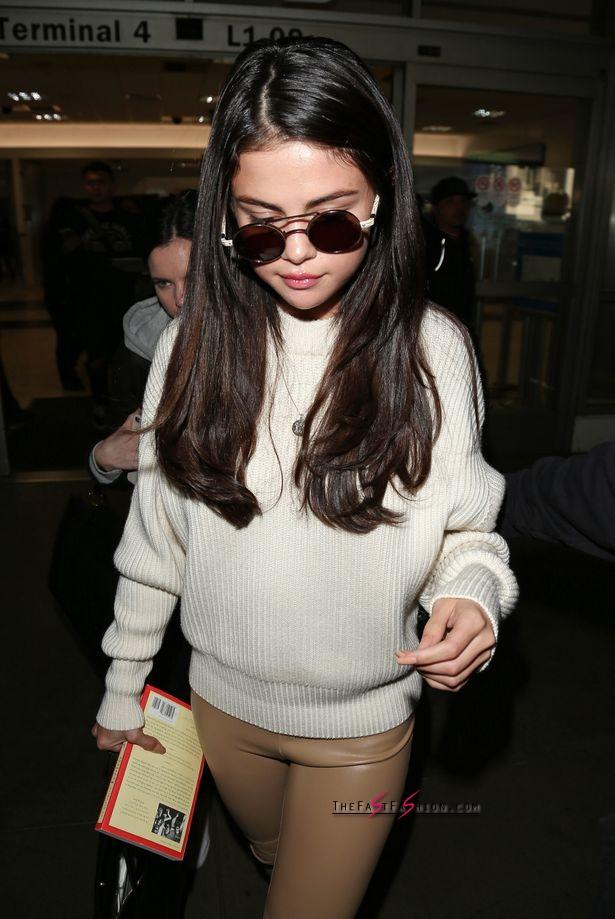 Selena-Gomez-arrives-at-LAX-Airport