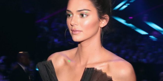 Kendall Jenner Found A Fresh New Way To Wear Eyeliner At the PCAs